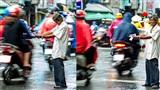 Bật khóc trước hình ảnh cụ ông đứng giữa mưa, mời người đi đường mua vé số
