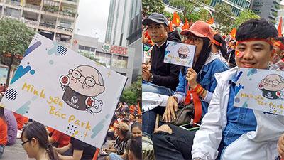 Cổ động viên Sài Gòn 'tỏ tình' với huấn luyện viên Park Hang Seo trong trận đấu cuối cùng