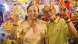 Ấm áp khoảnh khắc ông 65 và bà 62 nắm tay nhau đi dạo phố lồng đèn mùa trung thu