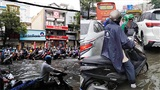 Sau cơn mưa tầm tã, người Sài Gòn bì bõm lội nước đi làm