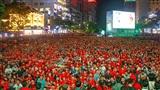 Phố đi bộ Nguyễn Huệ 'thất thủ', người hâm mộ phủ kín cờ đỏ sao vàng