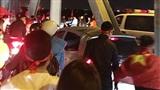 Trong niềm vui tột đỉnh, CĐV Hà Nội vẫn ăn mừng văn minh: Cùng 'mở đường' cho xe cứu thương qua cầu Chương Dương