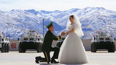 Cặp đôi tổ chức lễ cưới trên 'mái nhà của thế giới'