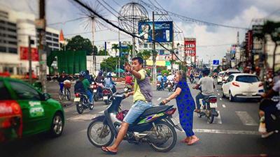 'Bao đồng' như người Sài Gòn: Thấy bà cụ khệnh khạng đẩy xe lăn qua đường, thanh niên vác luôn xe máy ra làm lá chắn