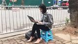 Nữ phóng viên Hàn Quốc tác nghiệp trên vỉa hè Hà Nội gây chú ý vì góc nghiêng xinh đẹp