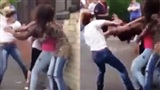 Phát hiện bạn trai cặp bồ, cô gái rủ bạn đi đánh ghen khiến nạn nhân tơi tả giữa phố đông người