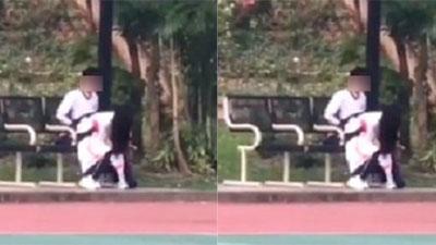 Cặp đôi khiến nhiều người đỏ mặt khi thản nhiên thân mật quá mức giữa sân bóng có đông người qua lại
