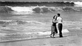 Bức ảnh đôi vợ chồng trẻ thất thần nhìn ra biển và bi kịch về đứa trẻ 19 tháng tuổi lay động cả thế giới