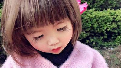 Bé gái 2 tuổi sở hữu hàng lông mi 'cực phẩm', dân mạng nhìn vào chỉ biết thốt lên: 'Tấm rèm che cửa sổ tâm hồn tuyệt vời'