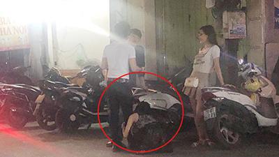 Bị 'đá', cô gái ngồi sụp xuống ôm chân bạn trai, khóc lóc níu kéo trên đường