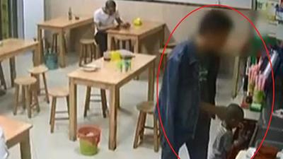 Thiếu 3 nghìn để trả tiền bát mỳ, ông bố lấy con gái 2 tuổi ra gán nợ cho quán ăn