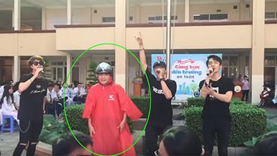 Muốn Idol nhìn thấy giữa đám đông, nam sinh mặc áo mưa dưới trời 40 độ để thỏa ước nguyện
