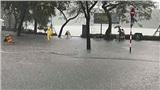 Hà Nội mưa như trút, nhiều du khách ở phố đi bộ Hồ Gươm phấn khích lội nước