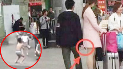 Chạm vào mông bạn nữ, cậu bé bị mẹ phạt mặc đồ lót đứng giữa đường gây tranh cãi