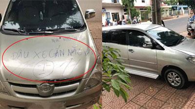 Đỗ xe chắn hết lối đi nhà người khác, tài xế nhận ngay lời nhắc nhở 'đậu xe gắn não vào'