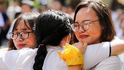 Học sinh THPT Chuyên Lê Hồng Phong nước mắt nhạt nhòa ngày chia xa mái trường