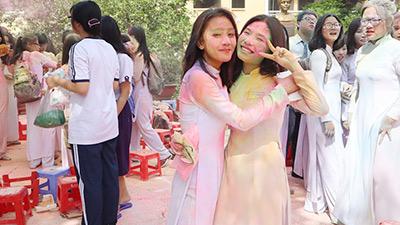 Học sinh THPT Nguyễn Thị Minh Khai 'đại chiến bột màu' ngày bế giảng