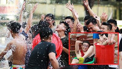 Chán ném bóng nước, teen THPT Hoàng Văn Thụ ngồi luôn vào xô nhựa tạo dáng chụp ảnh