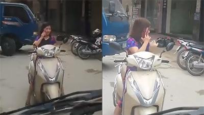 Bức xúc nữ 'ninja' vô tư dùng xe đứng giữa đường nghe điện thoại bỏ mặc người khác bíp còi inh ỏi