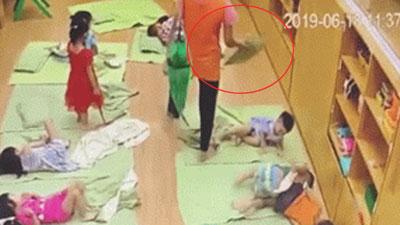Clip: Cô giáo ở Hà Nội tát bé hơn 2 tuổi sấp mặt, tụ máu ở môi
