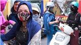 Phụ huynh 2 miền Bắc - Nam kín mít như ninja đứng chờ con dưới trời nắng nóng