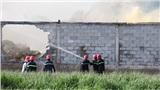 TP.HCM: Cháy xưởng nệm mút 1.200m2, hàng chục cảnh sát đục tường vào cứu hỏa
