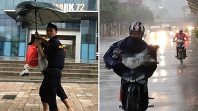 Ảnh: Người dân Hà Nội oằn mình trong mưa lớn và gió lốc mạnh, bão số 3 đã suy yếu thành áp thấp nhiệt đới