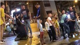 Phẫn nộ nhóm thanh niên lao vào đánh tới tấp người đàn ông lớn tuổi vì nghi lấy trộm điện thoại