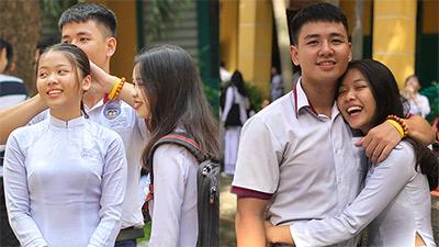 'Rụng tim' khoảnh khắc nam sinh đứng buộc tóc cho bạn gái trong lễ khai giảng trường Trưng Vương