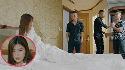 Hoa hồng trên ngực trái: Đang ăn nằm với trai, Trà bị đầu gấu đạp cửa xông vào tận giường đòi xé xác