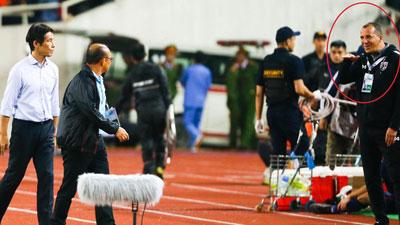 Miệt thị ngoại hình của thầy Park, trợ lý HLV Thái Lan đối mặt án phạt nặng từ FIFA?