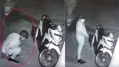 Thanh niên đẹp mã đang chạy xe máy xịn thì bất ngờ đau bụng, thản nhiên đại tiện trước cổng nhà người khác?