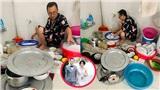 Đêm Noel ai đi chơi thì mặc, ông chồng này cặm cụi ngồi rửa 6 mâm bát đĩa cho gia đình vợ mới cưới nhỏ hơn 12 tuổi