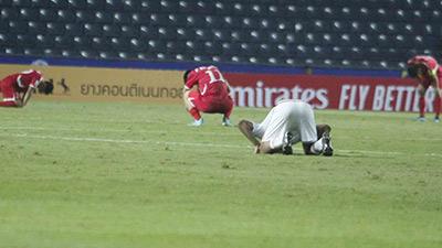 Cầu thủ Triều Tiên đổ gục xuống sân, ôm đầu vật vã sau khi bị loại khỏi VCK U23 châu Á