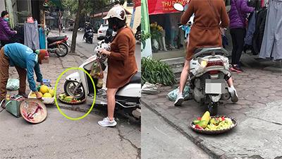 Tranh thủ kiếm ít tiền ăn Tết, người phụ nữ bán hoa quả vỉa hè hốt hoảng khi bị 'quái xế Lead' cán nát rổ hàng và buông lời tục tĩu