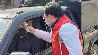 Vị bác sĩ chống nạng làm việc 12 tiếng mỗi ngày ở trạm kiểm tra phòng dịch Corona