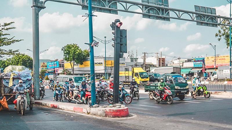 Ngày đầu tiên cách ly toàn xã hội: Một số tuyến đường Sài Gòn vẫn đông phương tiện di chuyển