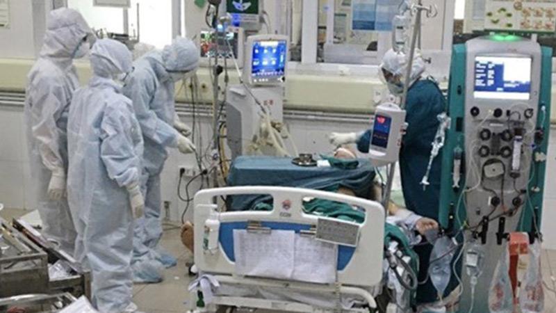 Phi công người Anh mắc Covid-19 diễn biến nặng, bác sĩ 2 bệnh viện cùng phối hợp điều trị