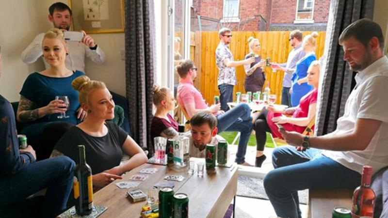 Bỏ qua yêu cầu giãn cách xã hội, cặp đôi mời nhiều khách đến tổ chức tiệc linh đình tại nhà nhưng sự thật là...