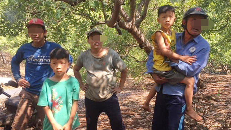 Tìm thấy 2 bé trai sinh đôi 'mất tích' tại vườn điều cách nhà 2km, sức khỏe bình thường nhưng tâm lý hoảng sợ