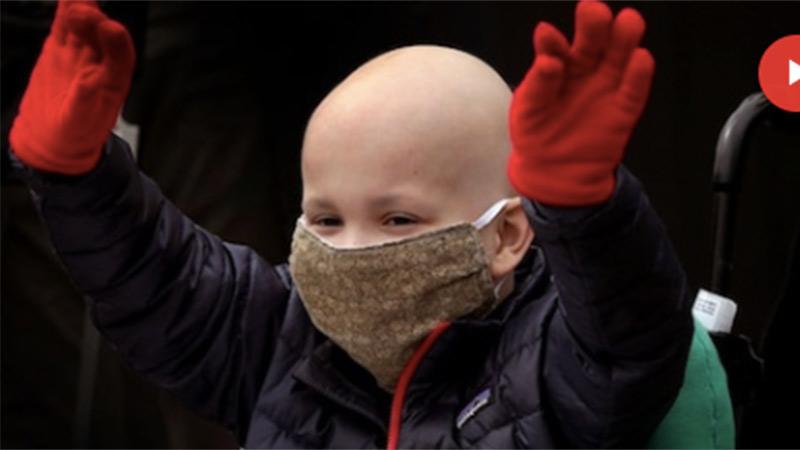 Bé trai chiến thắng ung thư và COVID-19 được chào đón như người hùng