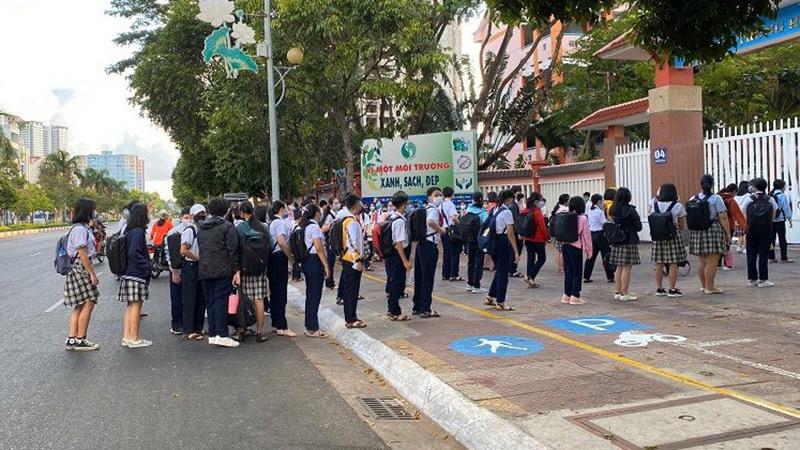 Học sinh TP Vũng Tàu rồng rắn xếp hàng chờ kiểm tra thân nhiệt trong ngày đầu quay lại trường