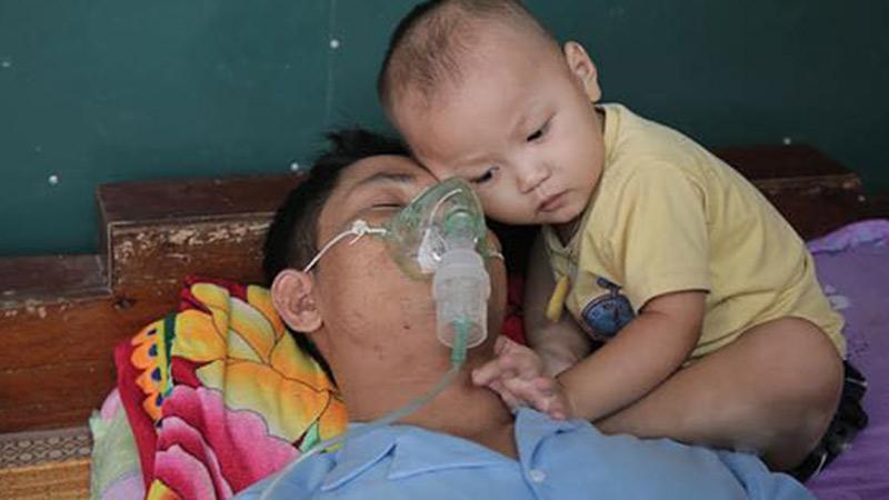 Nghẹn lòng khoảnh khắc bé 2 tuổi nép mình bên người cha suy thận giai đoạn cuối: 'Từ ngày có con trai, tôi thực sự sợ chết'