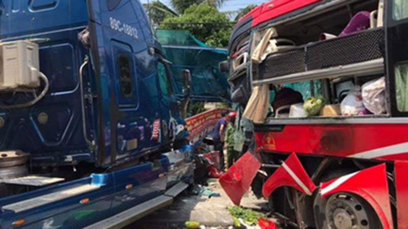Xe khách đâm trực diện container, cô giáo ngồi ở bến xe buýt bên đường tử vong
