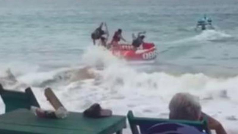 4 vị khách bất ngờ gặp 'biến' làm lật nhào giữa biển, khiến tất cả những người trong bờ đều cười ngặt nghẽo