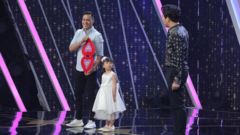 'Người ấy là ai?': Cả trường quay chết lặng với chàng trai mang con gái lên sân khấu nhưng lộ diện màu tím