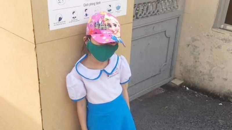 Đưa con đến trường sớm 15 phút, người mẹ xót lòng khi thấy con bị bắt đứng ngoài cổng mặc kệ trời nắng