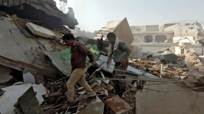 Máy bay chở gần 100 người rơi tại khu dân cư ở Pakistan