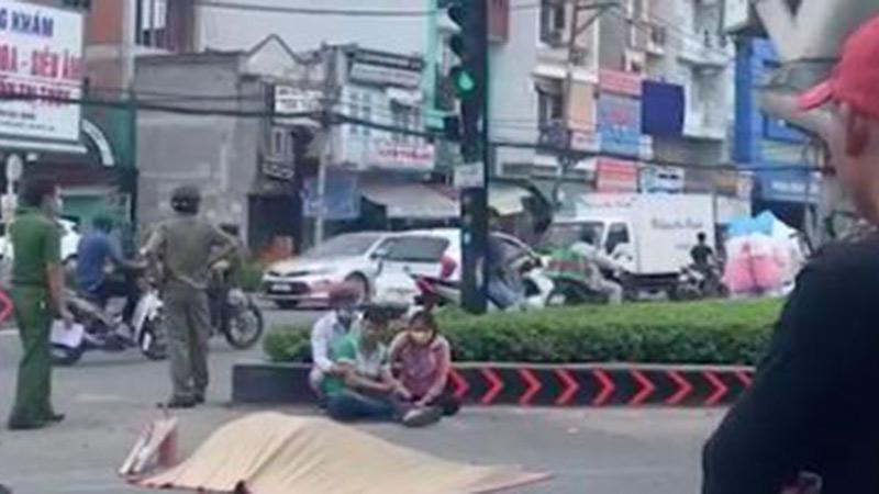 Mẹ và vợ sắp cưới khóc ngất bên thi thể chàng trai chết thảm sau khi va chạm với xe bồn