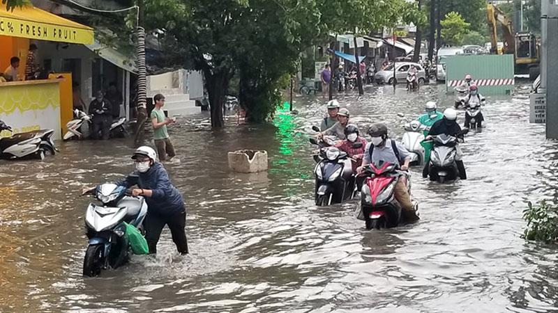 Cơn mưa lớn vừa dứt, đường phố Sài Gòn ngập lênh láng, người dân sợ hãi không dám di chuyển